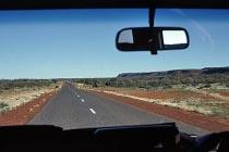 Die Luritja Road mit Blick auf die George Gill Range